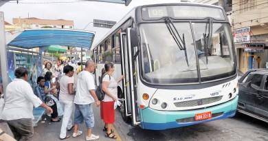 Passageiros embarcam em ônibus do transporte público de Guará, que volta a debater licitação em audiência pública na próxima semana (Foto: Arquivo Atos)