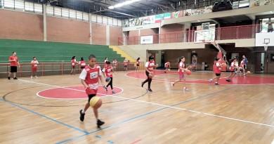 Crianças participam de atividade de programa esportivo que voltou a Pindamonhangaba; projeto incentiva alunos da rede pública na cidade (Foto: Divulgação)
