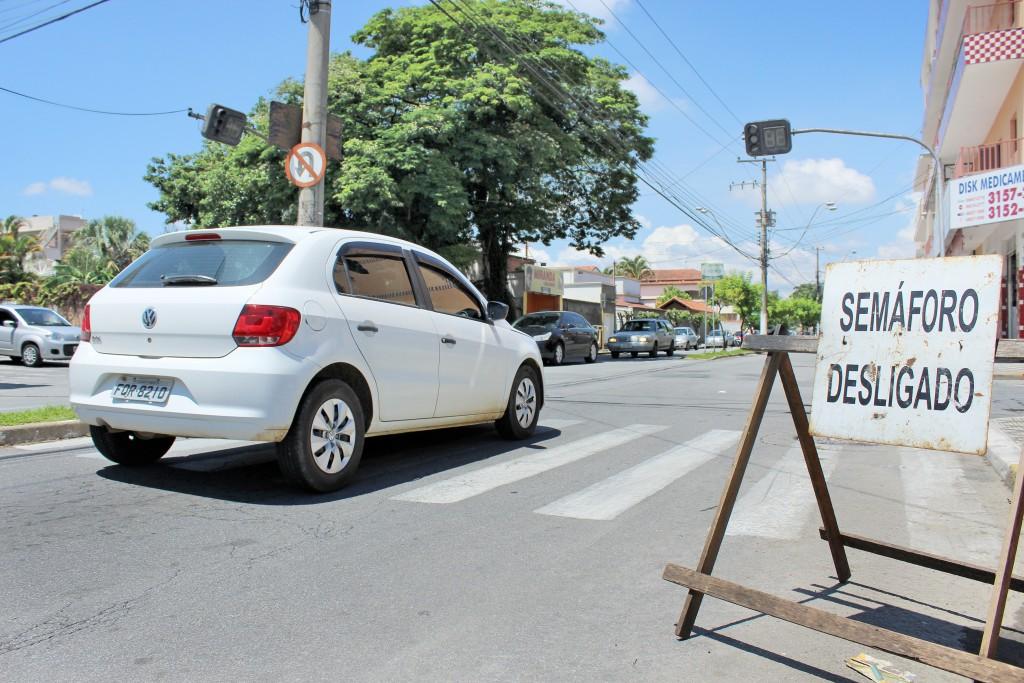 Aviso deixado por secretaria de Trânsito alerta sobre falhas em semáforos na Thomaz Alves Figueiredo (Foto: Miguel de Sá)