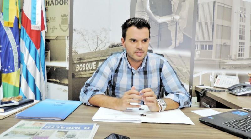 O prefeito Thales Gabriel que assinou doação de área para xxxx (Foto: Arquivo Atos)