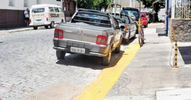 Veículos estacionados na região central de Cruzeiro; cidade volta a debater instalação do zona azul com expectativa de início em um mês (Foto: Arquivo Atos)