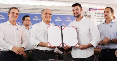 Soliva, Alckmin, Celão e Bertaiole; Estado repassa prédios a Guará