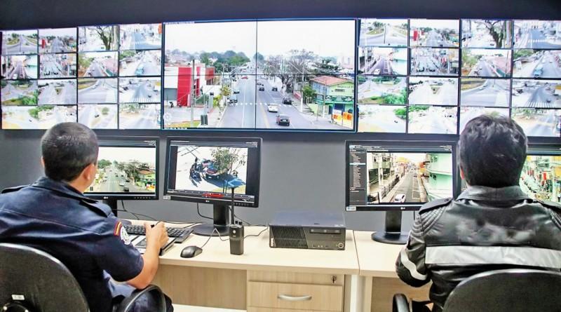 Sala de videomonitoramento em Pindamonhangaba; cidade aposta em parceria com sociedade para ampliar número de câmeras disponíveis (Foto: Divulgação)