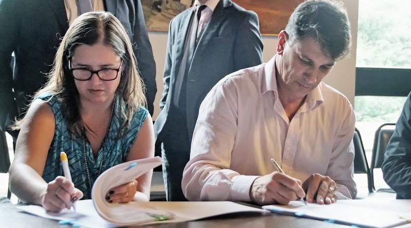 O prefeito Isael Domingues e a diretora de Turismo, Ana Lúcia Gomes, assinam convênio com Estado (Foto: Divulgação)