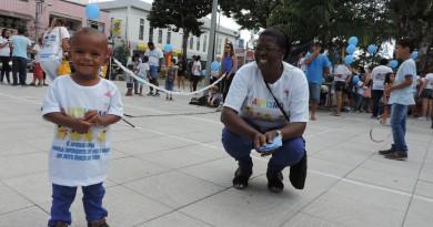 Participantes de caminhada em prol do autismo durante concentração na praça Arnolfo de Azevedo, em Lorena; região tem nova programação em 2018 (Foto: Arquivo Atos)
