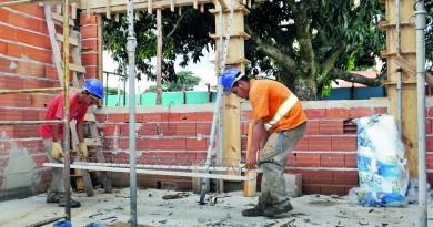 Trabalhadores da construção civil; setor ajuda a alavancar índice de contratação na região em fevereiro (Foto: Arquivo Atos)