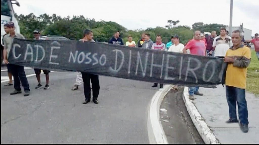 Funcionários dispensados da CCR Nova Dutra fazem protesto no trecho de Roseira da rodovia; ação de grupo cobra direitos trabalhistas (Foto: Reprodução)
