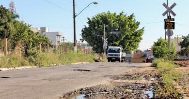 Rua do Santa Terezinha que sofre com falhas na pavimentação; fluxo de veículos é prejudicado no local (Foto: Juliana Aguilera)