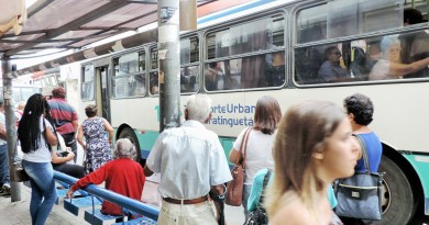 Passageiros aguardam para embarcar em ônibus do TUG, no Centro de Guará; vereadores voltam a debater licitação do transporte da cidade (Foto: Arquivo Atos)