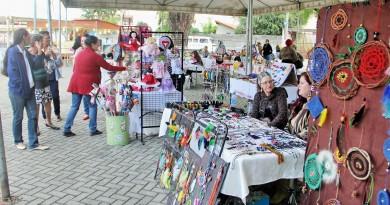 Banca da Feira Arte Encanto, que tem exposição até o próximo domingo, na Praça da Bíblia, em Pinda (Foto: Divulgação)