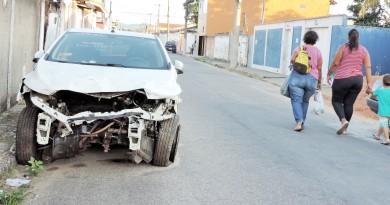 Um dos vários carros abandonados pela cidade; proposta do Executivo tenta impedir novos abandonos  (Foto: Francisco Assis)