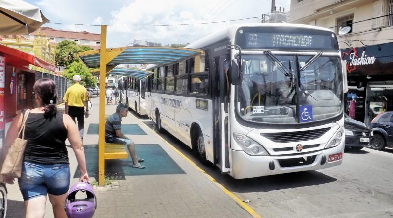 Ônibus da linha Itagaçaba espera embarque de passageiros em ponto na praça Nove de Julho; Cruzeiro debate ações para o transporte (Foto: Jéssica Dias)