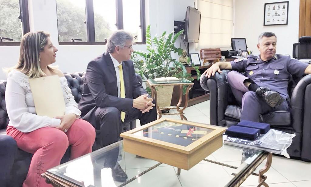 A prefeita de Potim Erica Soler e o deputado estadual Padre Afonso Lobato em reunião com comandante da PM do Estado, Marcelo Vieira Salles (Foto: Divulgação)