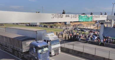 Caminhões passam pela rodovia Presidente Dutra em meio à operação militar para liberar estradas (Foto: Francisco Assis)