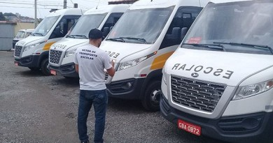 Vans que realizam transporte escolar em Pinda; cidade debate liberação de passes para estudantes (Foto: Reprodução)