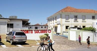A Santa Casa de Cachoeira Paulista, que segue com atendimento afetado, aquém do esperado, mas é o hospital de Lorena que é criticado por vereadores cachoeirenses (Foto: Arquivo Atos)