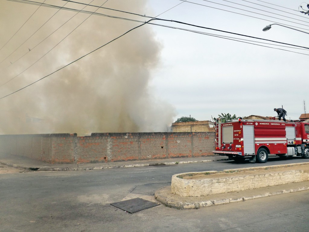 Trabalho do Corpo de Bombeiros em combate à queimada em Lorena; cidades da região voltam a preocupar com período sem chuvas (Foto: Arquivo Atos)