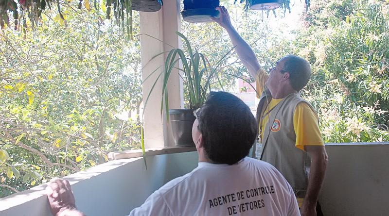 Agentes da Vigilância Epidemiológica durante vistoria em residências de Pinda (Foto: Reprodução)