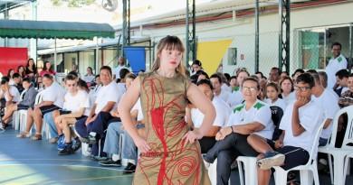 Jovem assistida pela associação desfila em evento do Concurso de Moda Inclusiva em Guaratinguetá; mães participam de projeto (Foto: Juliana Aguilera)