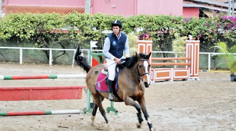 Jovem cavaleiro salta em prova realizada no Centro Hipico de Lorena; cidade recebe nova competição da modalidade no próximo dia 16 (Foto: Divulgação)
