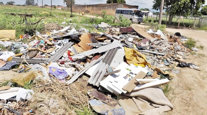 Acúmulo de lixo e entulho em via pública; cidades da região ainda falham no tratamento dos resíduos sólidos, mas operações avançaram (Foto: Arquivo Atos)