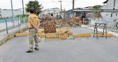 Funcionário da secretaria de Trânsito observa obra de recuperação de ponte; R$ 130 mil investidos (Foto: Lucas Barbosa)
