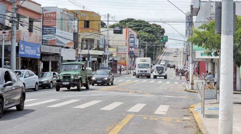 Avenida no Centro de Pinda que amplia ação para reduzir dívida ativa (Foto: Lucas Barbosa)