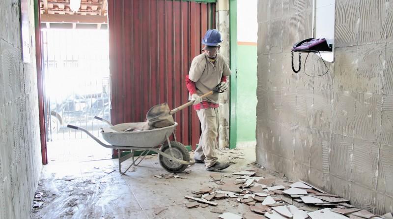 Funcionário da Prefeitura trabalha em obra de Roseira; servidores querem alteração em benefício (Foto: Reprodução)