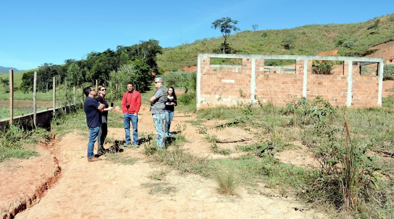 Vistoria em área onde serão construídas novas casas do CDHU, em Silveiras; cidade recuperou terreno (Foto: Divulgação)
