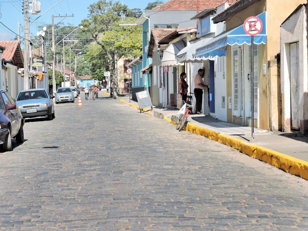 Rua da região central de Silveiras; cidade firmou parceria com PM para reforçar fiscalização no trânsito (Foto: Divulgação)