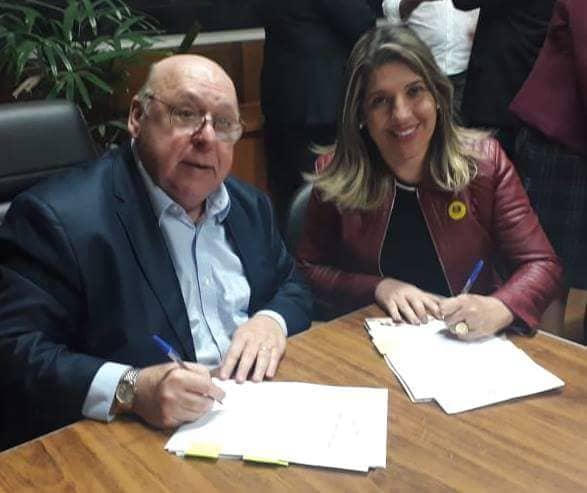 A prefeita Erica Soler assina convênio para programa Jepoe, em Potim (Foto: Divulgação)