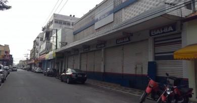 Loja que foi alvo de criminosos em praça no Centro de Lorena; Polícia investiga ação que levou 56 células (Foto: Lucas Barbosa)