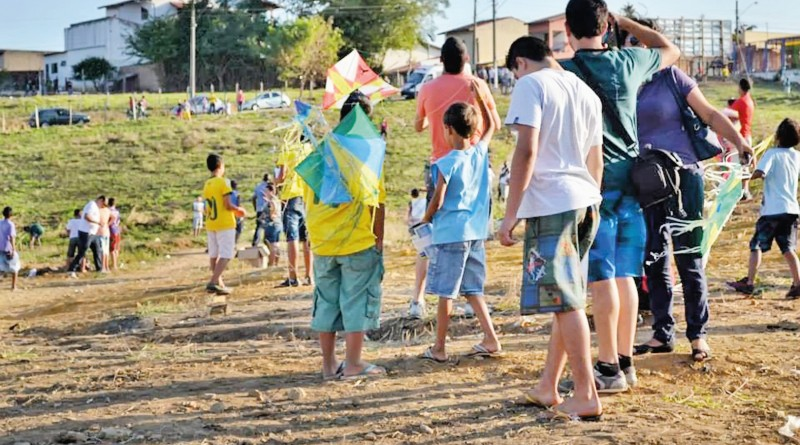 Participantes da edição de 2017 do Festival da Pipa; céu de Cruzeiro volta a receber antiga brincadeira  (Foto: Reprodução)
