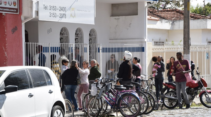 Fila em frente à sede do Fundo Social em busca de vagas para curso de qualificação (Foto: Jéssica Dias)