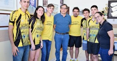O prefeito Fábio Marcondes (centro) posa com equipe de tênis de mesa de Lorena; cidade vai investir no reforço da estrutura do esporte (Foto: Reprodução)