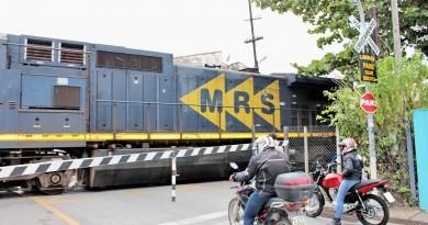 Motociclistas aguardam passagem de trem em rua no Centro de Guará; MRS investe nas cidades da região (Foto: Juliana Aguilera)