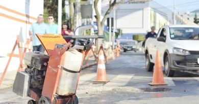 Saae escoou vazamento da calçada para boca de lobo vinte metros à frente na Getúlio Vargas; medida é paliativa, segundo funcionários (Foto: Leandro Oliveira)