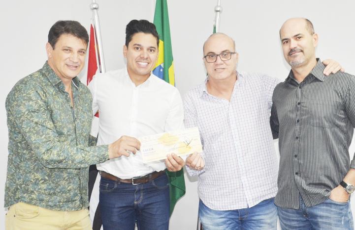 Prefeito Isael Domingues, presidente Carlos de Moura - o Magrão, vice-prefeito Ricardo Piorino e vereador Professor Osvaldo Negrão, durante encontro que oficializou a devolução dos R$ 4,7 mi