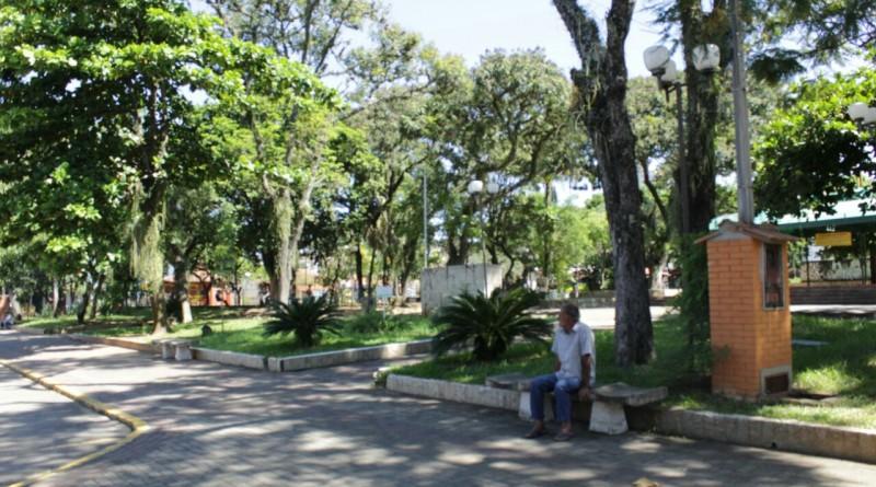A praça Doutor Antero Neves Arantes, em Cruzeiro, que terá obras de recuperação com verba destinada pela secretaria estadual de Turismo (Foto: Jéssica Dias)