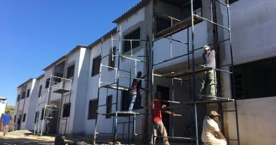 Funcionários de empresa contratada trabalham na retomada de construção de conjunto habitacional (Foto: Jéssica Dias)