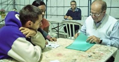 Jovens recebem atendimento de equipe do projeto que oferece qualificação em atividades como artesanato (Foto: Divulgação)