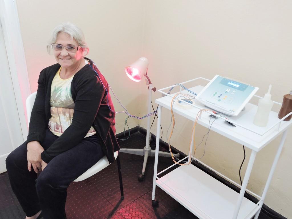 Paciente atendida pelo sistema de fisioterapia em Silveiras; serviço recebe reforço para reforçar rede pública (Foto: Divulgação)