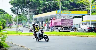 Mototaxista transporta passageiro por rua do Centro de Guaratinguetá; regulamentação do serviço passa por novo debate com audiência na Câmara, marcada para esta semana (Colaboração)