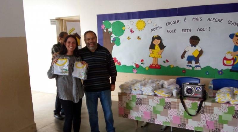 O prefeito de Silveiras, Guilherme Carvalho durante cerimônia de entrega dos uniformes escolares; investimento de erca de R$ 10 mil (Foto: Divulgação)