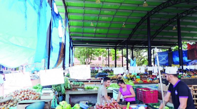 Espaço ocupado por feirantes, ao lado do Mercado Municipal de Pinda; galpão deve ganhar reestruturação (Foto: Arquivo Atos)