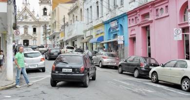 Rua de alto movimento no Centro de Guaratinguetá; sistema de zona azul é alvo de polêmica na Câmara (Foto: Arquivo Atos)