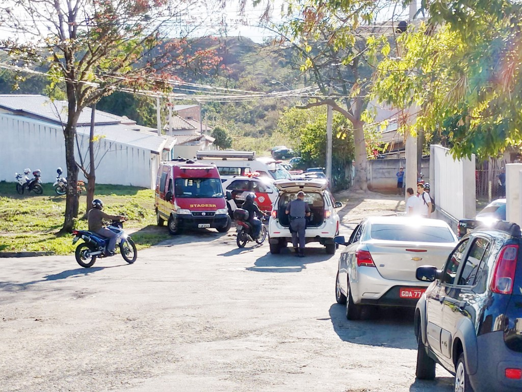 Trabalho da Polícia Militar e do Corpo de Bombeiros, que encontrou engenheiro morto, em Cruzeiro; suicídio teria motivação psiquiátrica (Foto: Reprodução)