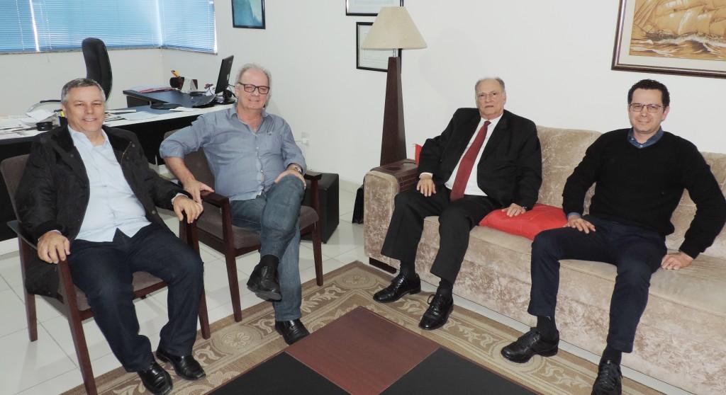Entre os vereadores de Guará João Pita e Márcio Almeida, o deputado e presidente nacional do PPS, Roberto Freire conversa com Eder Billota sobre as eleições