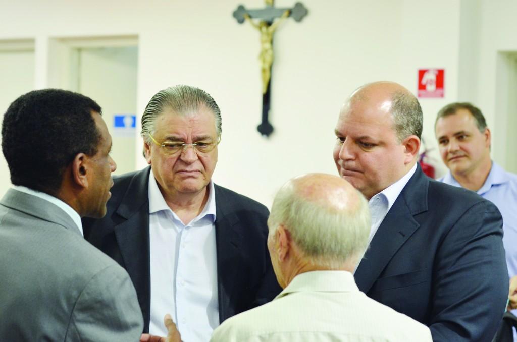 Nei Carteiro (esquerda), Antônio Foschini e Christiano Foschini, após sessão na Câmara de Guaratinguetá (Foto: Leandro Oliveira)