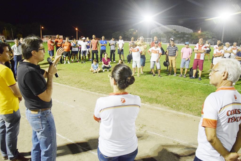 O prefeito Fábio Marcondes fala sobre investimento no CSU durante a inauguração da iluminação do campo de futebol (Foto: Divulgação PML)
